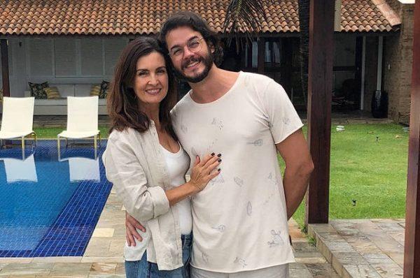 Fátima Bernardes aproveita praia com namorado durante o Carnaval e faz revelação