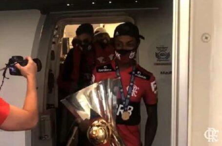 Sem contato com a torcida, Flamengo desembarca no Rio de Janeiro após conquista do Brasileirão