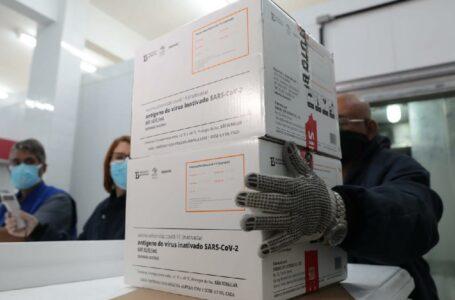 Cuiabá e Várzea Grande retiram doses das vacinas AstraZeneca e Coronavac nesta sexta-feira (26)