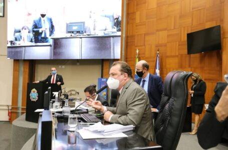 Deputados votam contra antecipação de feriados e aprovam notebook e internet para professores