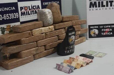 Força Tática encontra 20 tabletes de pasta base em ônibus e detém casal em flagrante