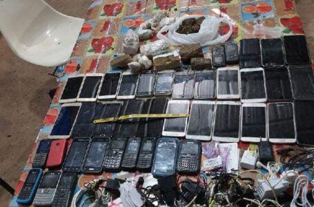 Policiais penais encontram 40 celulares e 18 porções de entorpecentes na Mata Grande