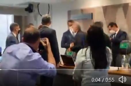 A deputada federal Carla Zambelli invade a CPI da Pandemia no Senado Federal em defesa de Fábio Wanjdarten