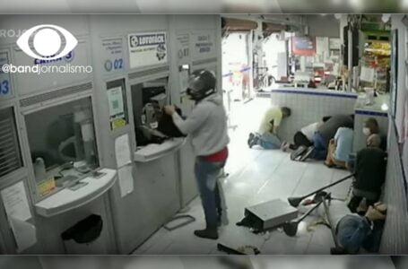 Ladrões da 31 marretadas em caixa eletrônico e lava uma sacola cheia de dinheiro